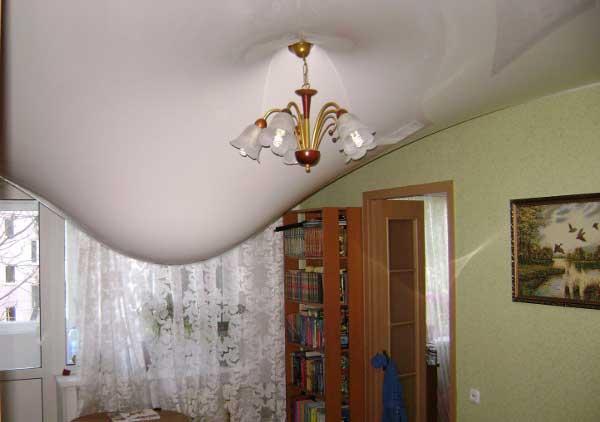 затопило натяжной потолок, что делать?
