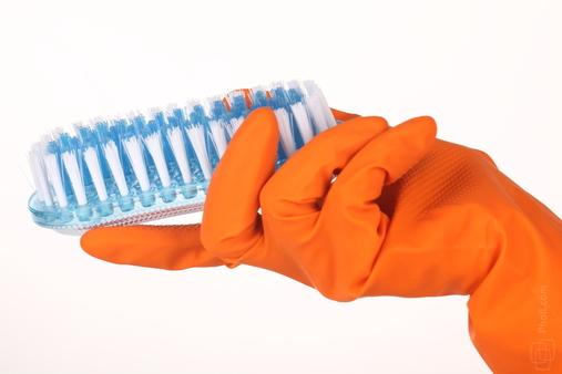 резиновыми перчатками с щеткой
