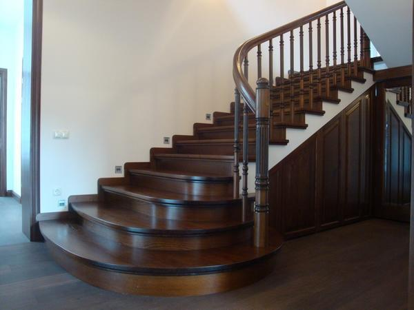 Пускай на лестнице будет больше ступеней, зато они не спровоцируют повышенную нагрузку на нижние конечности