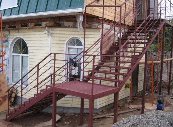 Все необходимые составляющие уличной металлической лестницы можно приобрести в строительном магазине или заказать в интернете