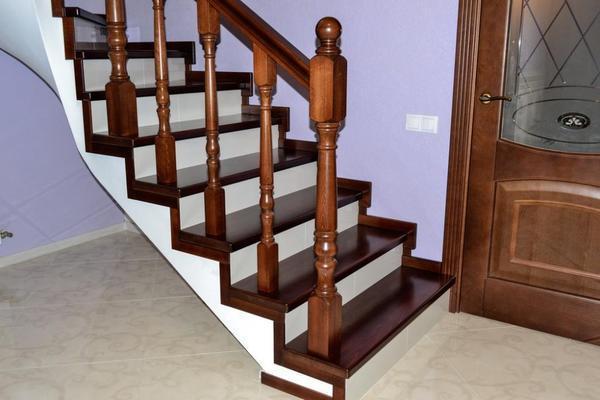 Следует подобрать правильные габариты ступенек, а также угол наклона лестницы, чтобы конструкция гармонично смотрелась в помещении
