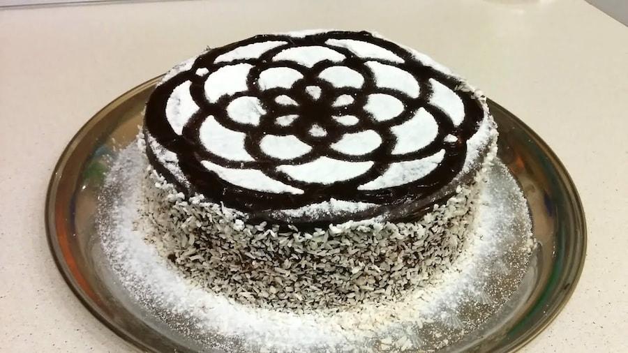 Украшение тортов с помощью трафарета