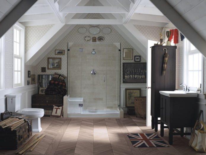 Многоскатная мансардная ванная