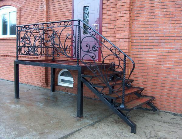 Среди преимуществ металлической лестницы стоит отметить красивый внешний вид и надежность