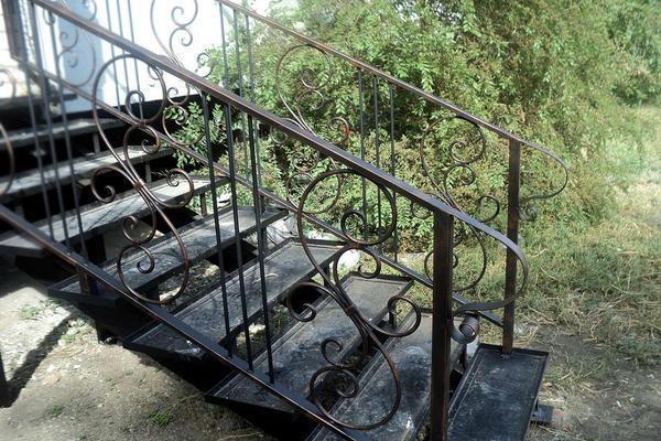 Существует широкое разнообразие металлических уличных лестниц, отличающихся по форме, углу наклона и типу стали, из которой они изготовлены