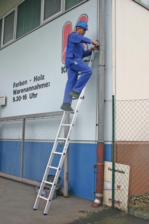 Рабочий использует лестницу