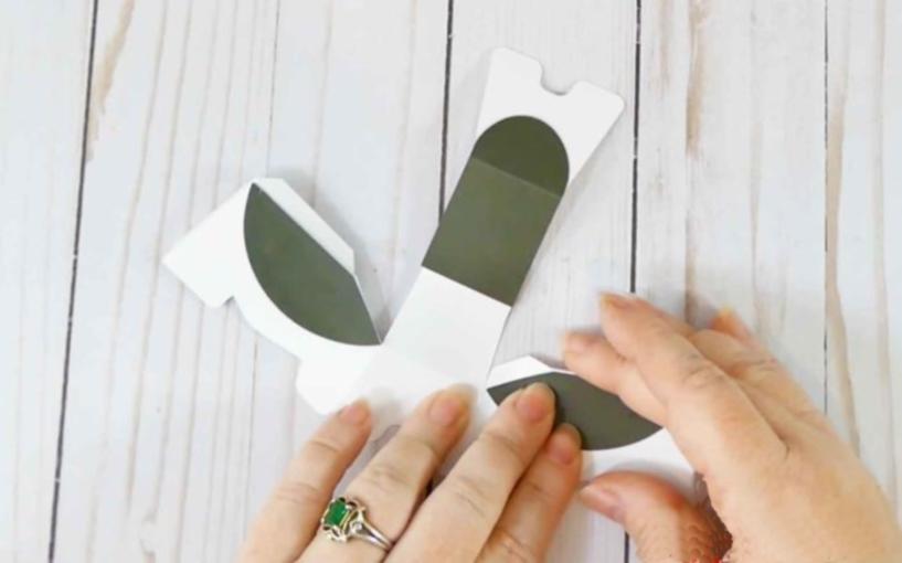 Приклеиваем пятна к телу бумажной собачки
