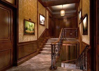 Отделка стены возле лестницы – обзор материалов и способов интеграции конструкции в окружающее пространство