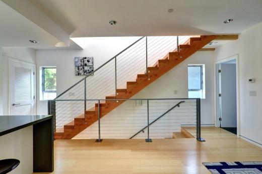 Лестница, изображенная на фотографии, имеет наиболее комфортный угол наклона. Единственный её недостаток в том, что она занимает довольно много пространства в комнате.