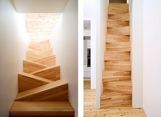 На фотографии - вариант лестницы с вполне удобными углами наклона. Несмотря на то, лестница выглядит необычно, подниматься на второй этаж по ней не составляет сложностей