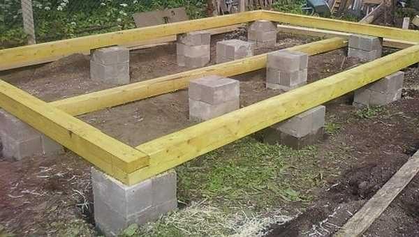 Столбчатый фундамент под баню, сложенный из бетонных блоков