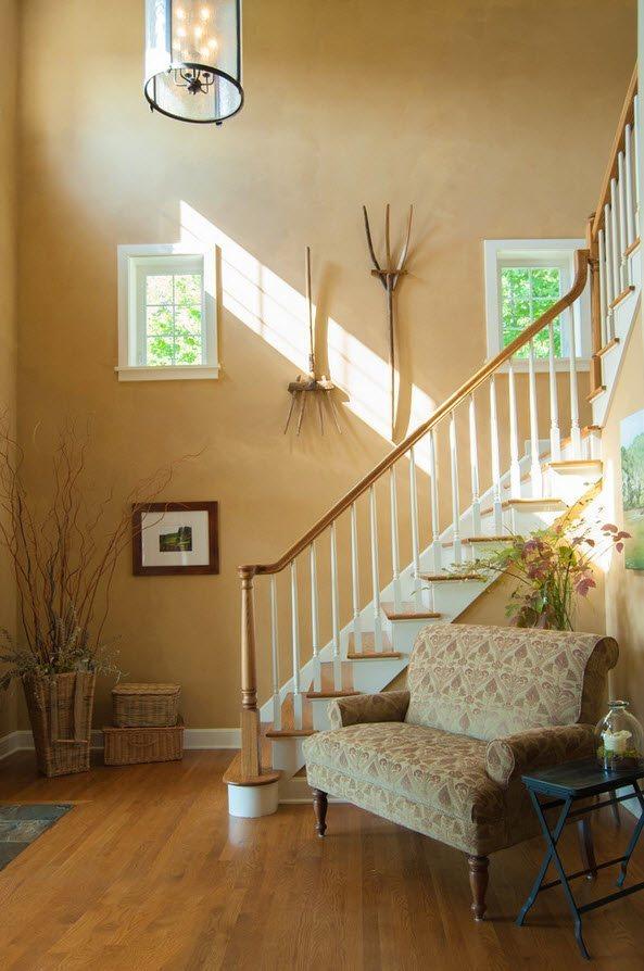 Уголок отдыха возле лестницы