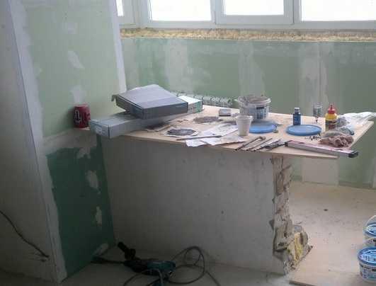 Остаток стены при совмещении кухни и балкона можно превратить в барную стойку