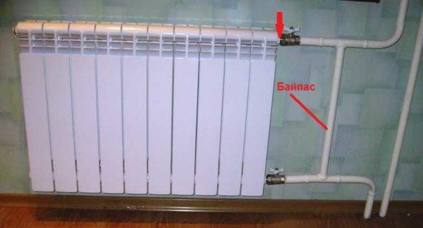 Если у вас похожая разводка (трубы справа может не быть) наличие байпаса обязательно. Терморегулятор ставить ставят сразу за радиатором