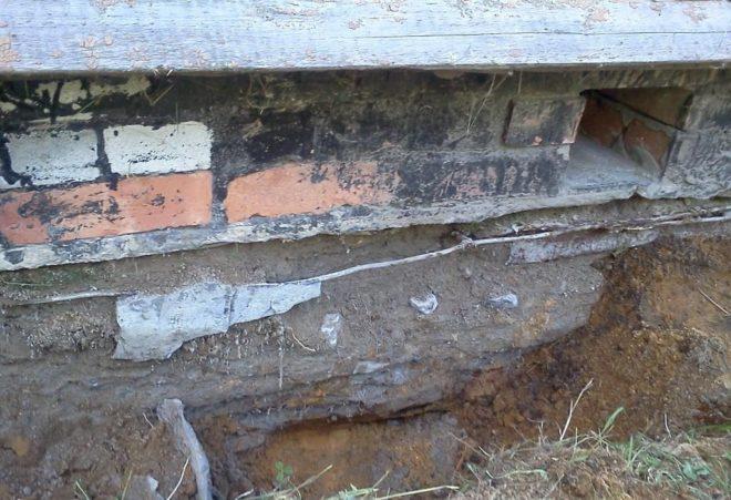 Разрушенный фундамент после зимы