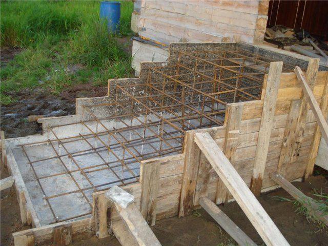 Для изготовления такого рода крыльца потребуется песок, щебенка, цемент и вода, данные материалы являются абсолютно доступными и недорогостоящими