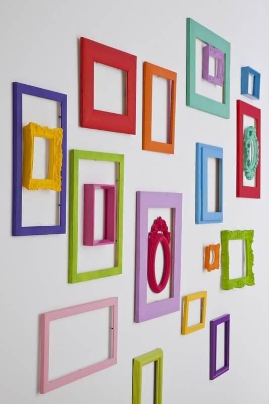 Цветные рамки на белой стене