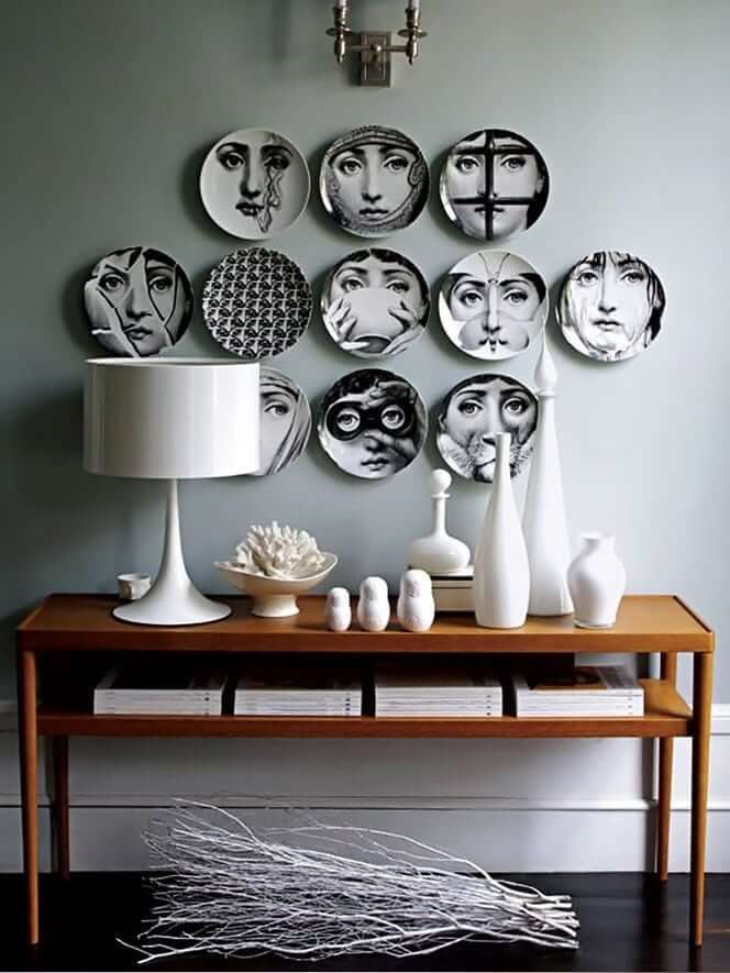 Тарелки на стене с изображением фотографий