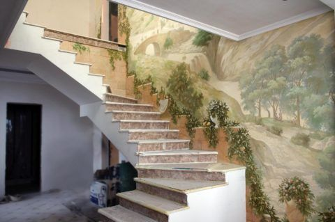 Фреска на стене в прихожей