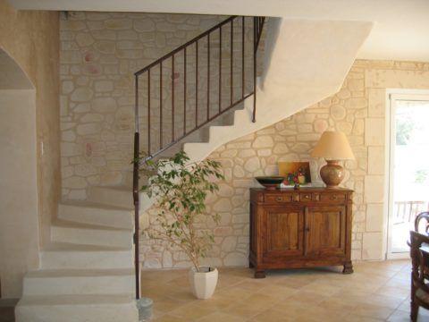 Лестницы отделка стен декоративным камнем