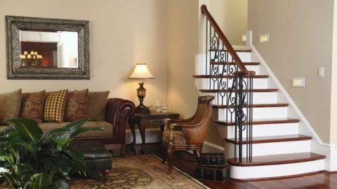 Нейтральная отделка помещения у лестницы в классическом стиле