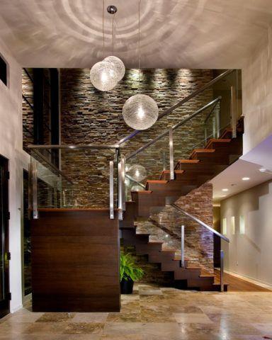 Облицовка стен лестницы в современном интерьере декоративным камнем