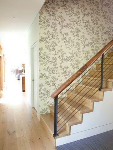 Обои с растительным рисунком сочетаются с фактурой материалов на лестнице