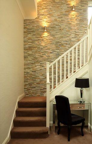 Отделка стен на лестнице искусственным камнем