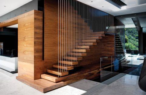 Отделка стен на лестнице в частном доме деревянными панелями