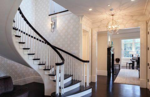 Отделка стен на лестнице в коттедже обоями