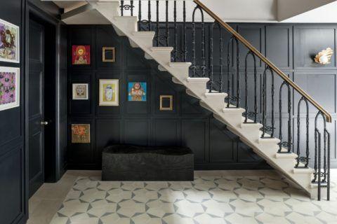 Отделка стен вдоль лестницы панелями ДСП с последующим окрашиванием
