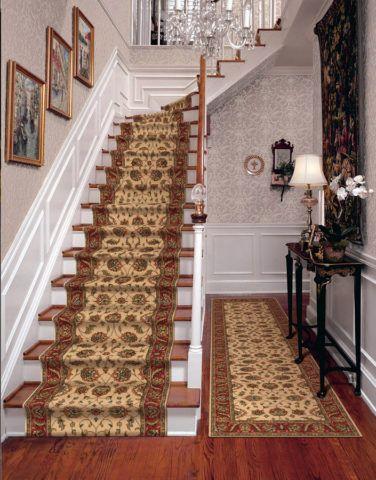 Панели плюс обои на лестнице между этажами