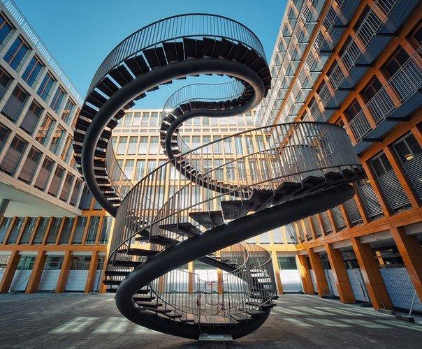 невероятный угол наклона лестницы