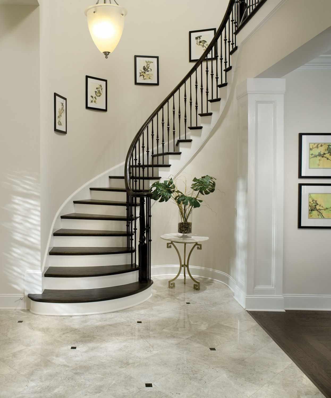 вариант светлого стиля лестницы в честном доме