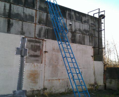 Лестницы приставные и прислоненные с ограждениями