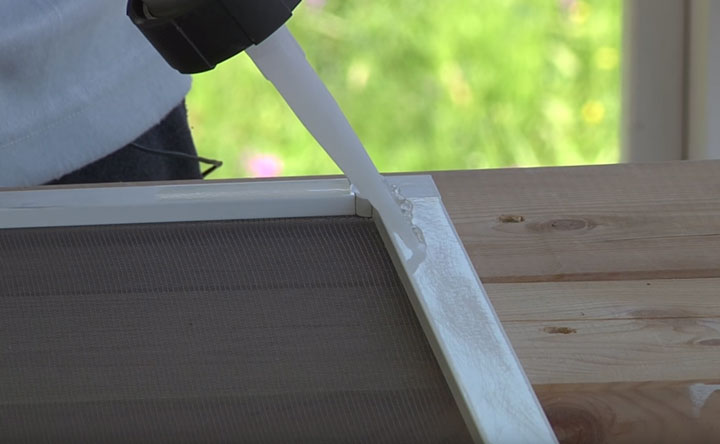 приклеивание оргстекла на герметик к раме пластикового окна москитной сетки