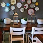 Декоративные тарелки в столовой