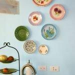 Декоративные тарелки в гостиной
