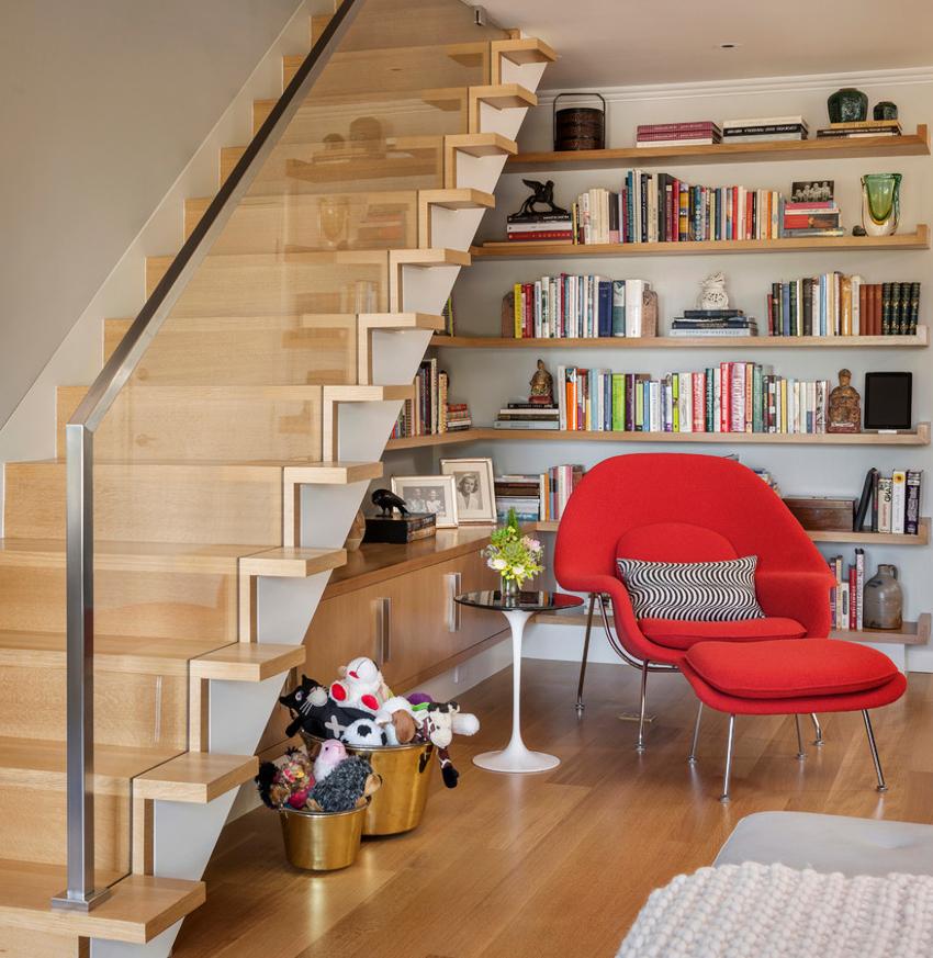 Шкафы под лестницей открытого типа имеют простое устройство, поэтому сборку можно выполнить самостоятельно