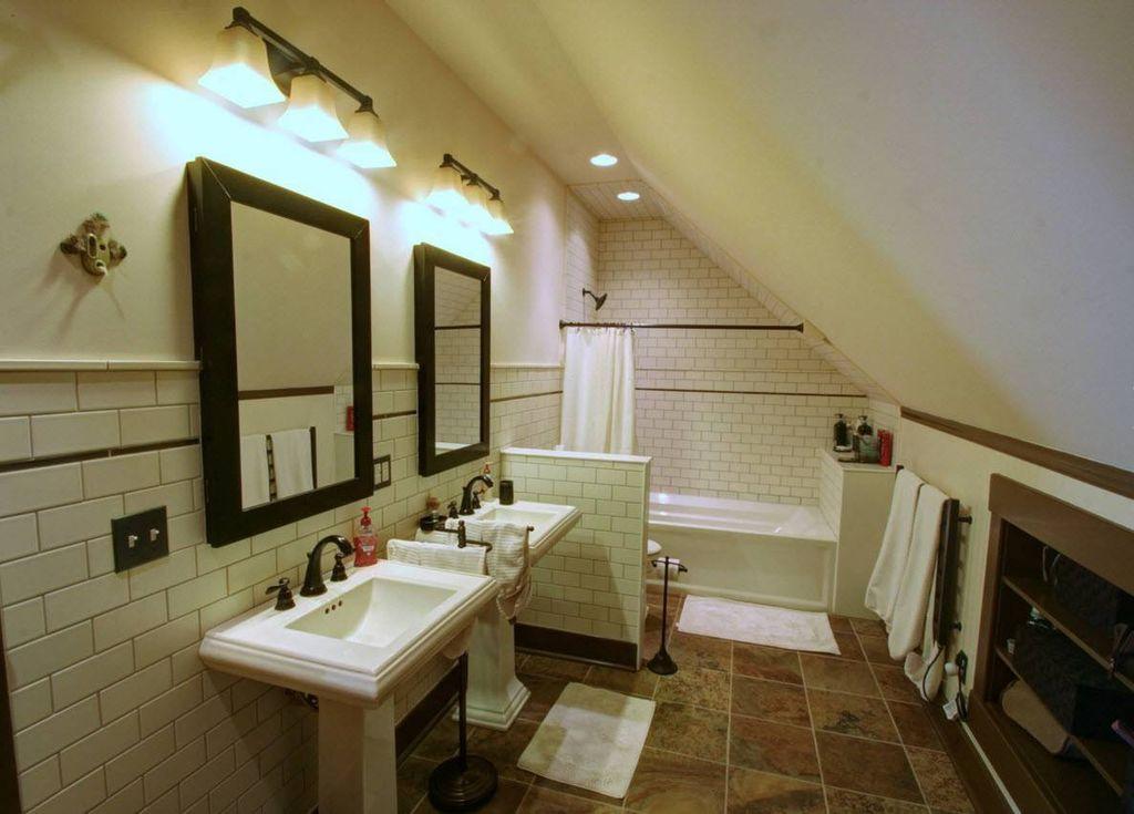Санузел бывает совмещенным или раздельным, а зависит выбор типа от площади мансарды и качества постройки дома