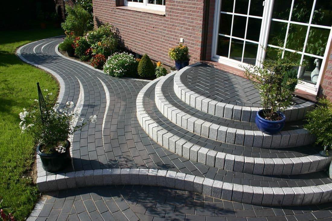 Интересное стилевое решение оформления крыльца из бетона и кирпича