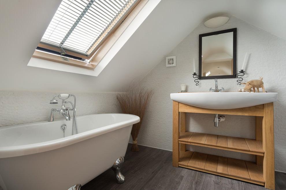 Ванная в мансарде с окном в потолке