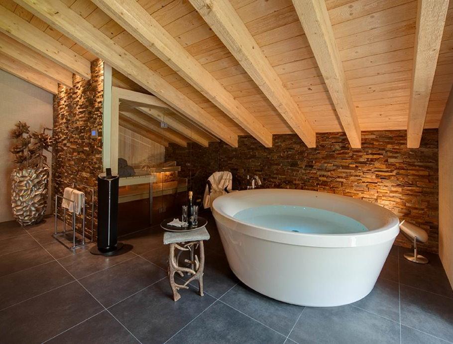 Деревянный потолок ванной комнаты в мансарде