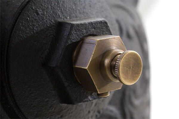 Радиаторная чугунная проходная пробка с установленным в нее краном Маевского.