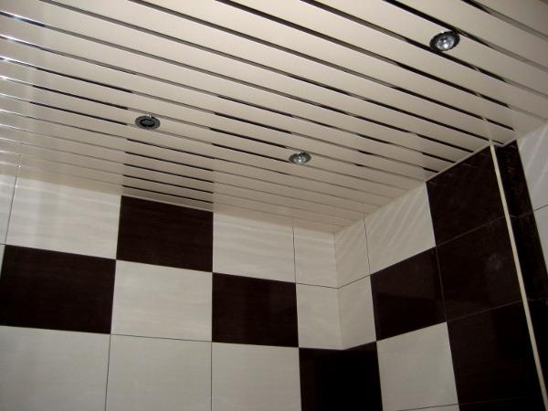 Какой потолок лучше в ванной комнате?