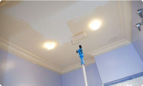 Как правильно красить потолок валиком : маленькие хитрости