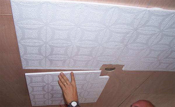 Как клеить плитку на потолок : практическое руководство