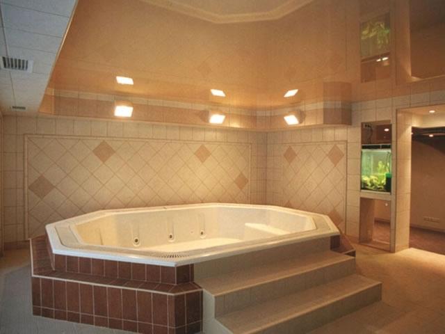 Какой потолок лучше сделать в ванной комнате : Советы профессионалов