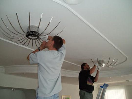 Установка люстры на натяжной потолок : характерные особенности