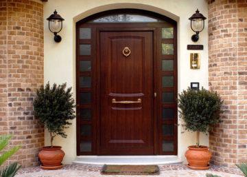 Надежные и прочные входные двери для коттеджей